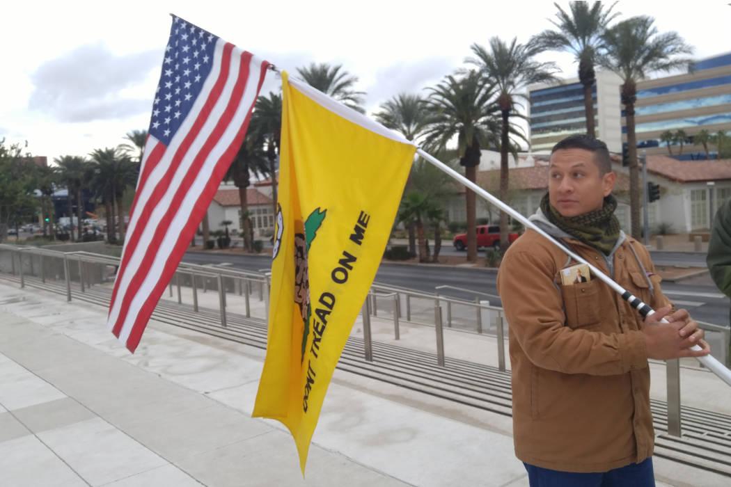 Joshua Martínez, de 30 años y residente de Las Vegas, se encuentra afuera del Palacio de Justicia de Lloyd D. George, Estados Unidos, el viernes para mostrar su apoyo a Ryan Bundy, quien estaba ...