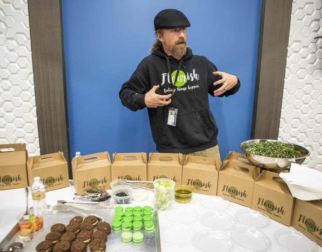 El chef de cannabis, Payton Curry, fundador de Flourish Cannabis, habla con los periodistas sobre su comida durante una gira de medios de cannabis en Exhale Nevada el viernes 23 de abril de 2018. ...