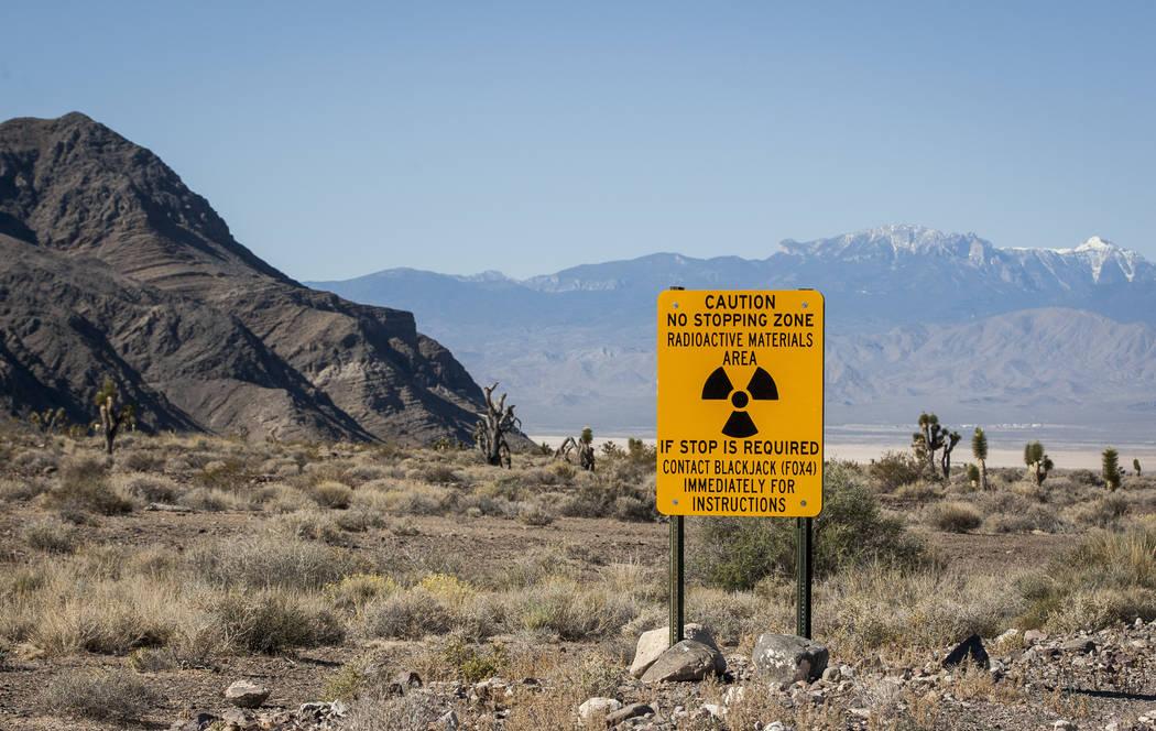 Una señal de advertencia de radiación marca la entrada a una parte de la zona de pruebas y entrenamiento de Nevada donde se dispararon balas de uranio empobrecido contra tanques y otros vehícul ...