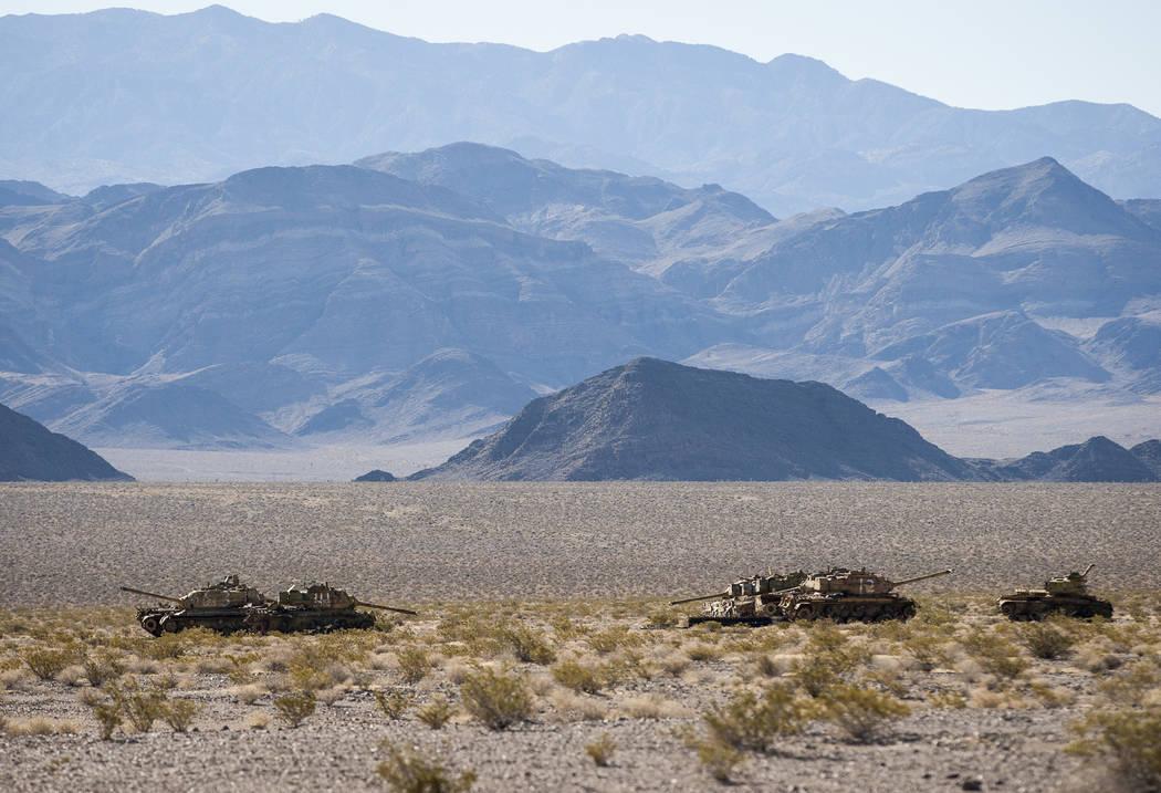 Los tanques utilizados como objetivos para las balas de uranio empobrecido se sientan al sol en el campo de prueba y entrenamiento de Nevada el domingo 21 de mayo de 2017, esperando el día en que ...