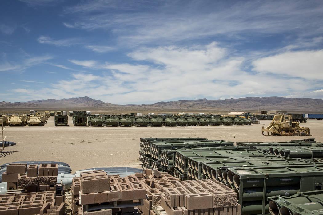 """En un lote de almacenamiento denominado en broma como """"K-Mart"""", los tanques y otros vehículos esperan la tb preparada y desplegada como objetivos en el rango de prueba y entrenamiento de Nevada e ..."""