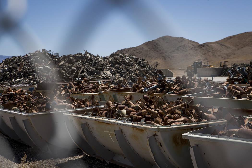 Las pilas de metal, antes bombas y los vehículos en los que se lanzaron, se sientan en contenedores en el campo de pruebas y entrenamiento de Nevada después de haber sido clasificados y preparad ...