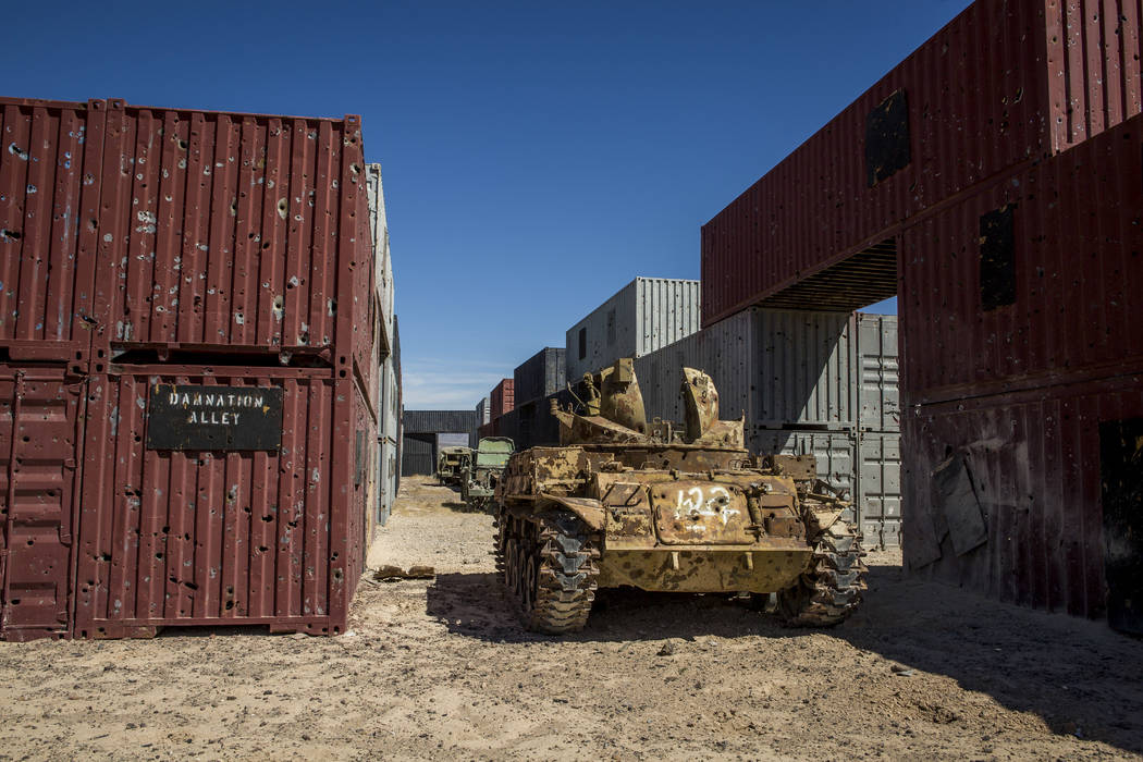 """Un vehículo blindado plagado de agujeros de bala espera en el """"Damnation Alley"""", donde aviones y tropas de tierra practican ataques en un entorno urbano en las profundidades de Nevada Test and Tr ..."""