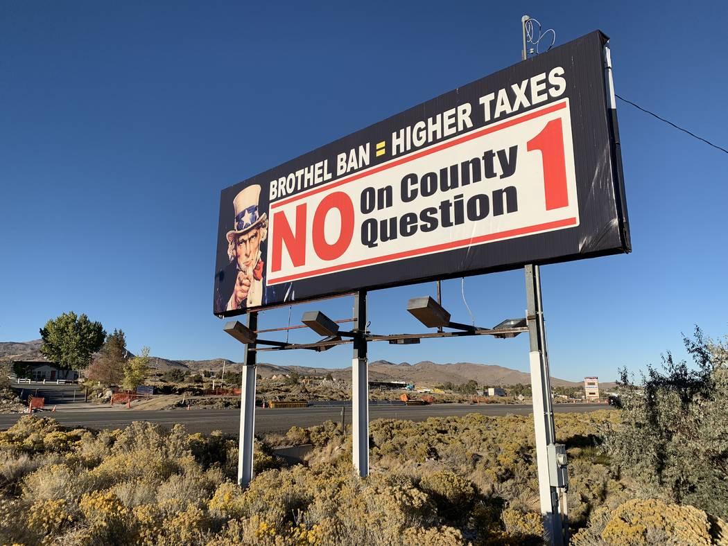 Una señal afuera del restaurante Bunny Ranch en Mound House, en el Condado de Lyon, insta a los transeúntes a votar en contra de prohibir la prostitución legal en el condado. (Bill Dentzer / La ...