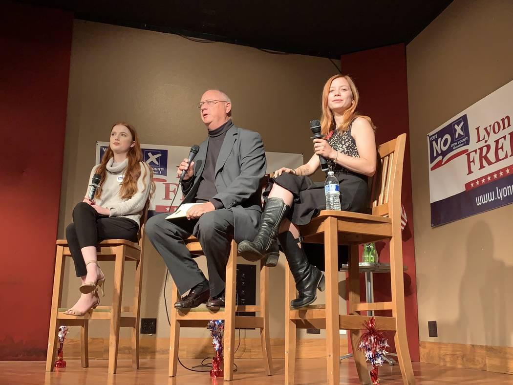 Chuck Muth, centro, moderó una sesión de preguntas y respuestas el jueves por la noche en Mound House, en el Condado de Lyon, con dos trabajadoras sexuales legales en un posible movimiento para ...