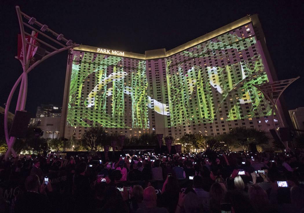 Las imágenes se proyectan en Park MGM cuando Britney Spears anuncia su nueva residencia en The Park Theatre en Park MGM el jueves 18 de octubre de 2018, fuera de T-Mobile Arena, en Las Vegas. (Be ...