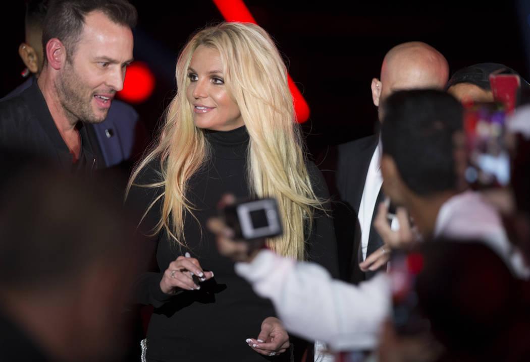 Britney Spears firma autógrafos durante un evento para anunciar su nueva residencia en The Park Theatre en Park MGM el jueves 18 de octubre de 2018, en las afueras de T-Mobile Arena, en Las Vegas ...