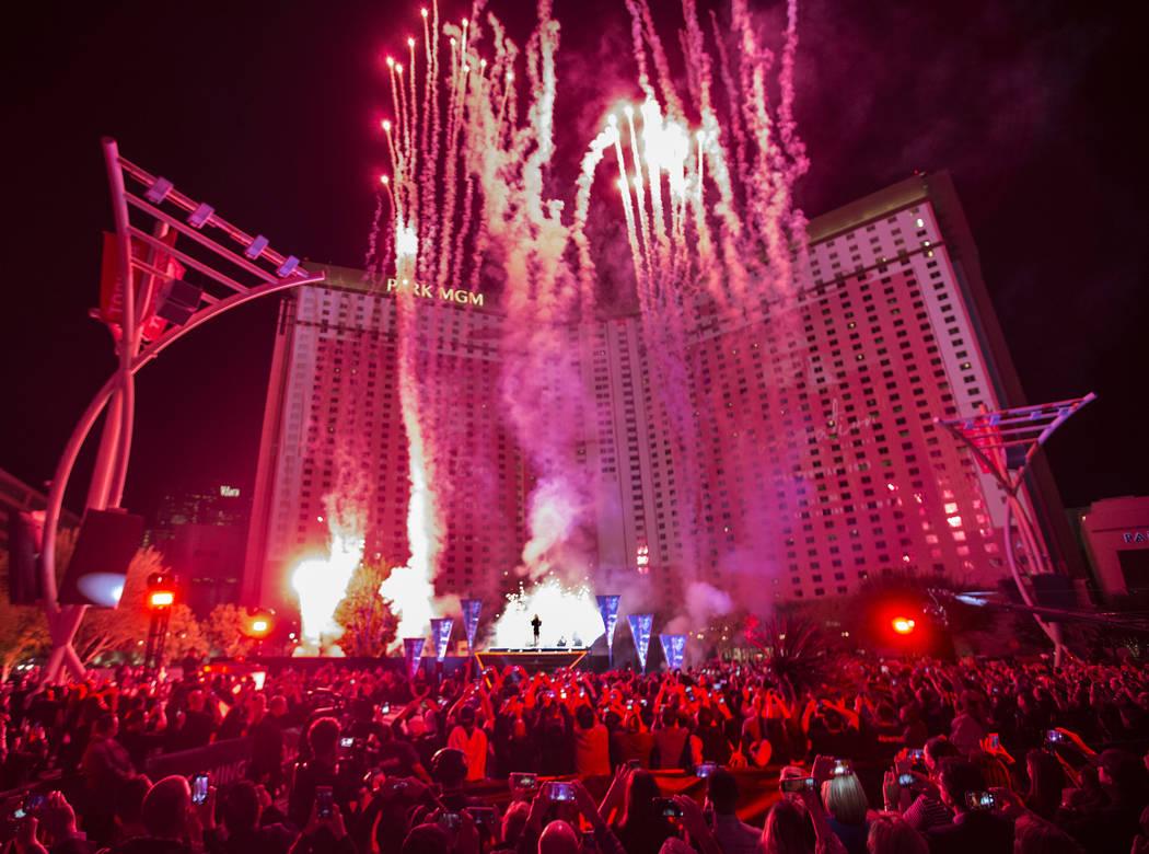 Los fuegos artificiales se disparan frente al Parque MGM cuando Britney Spears anuncia su nueva residencia en el Teatro Park en el Parque MGM el jueves 18 de octubre de 2018, en las afueras de T-M ...
