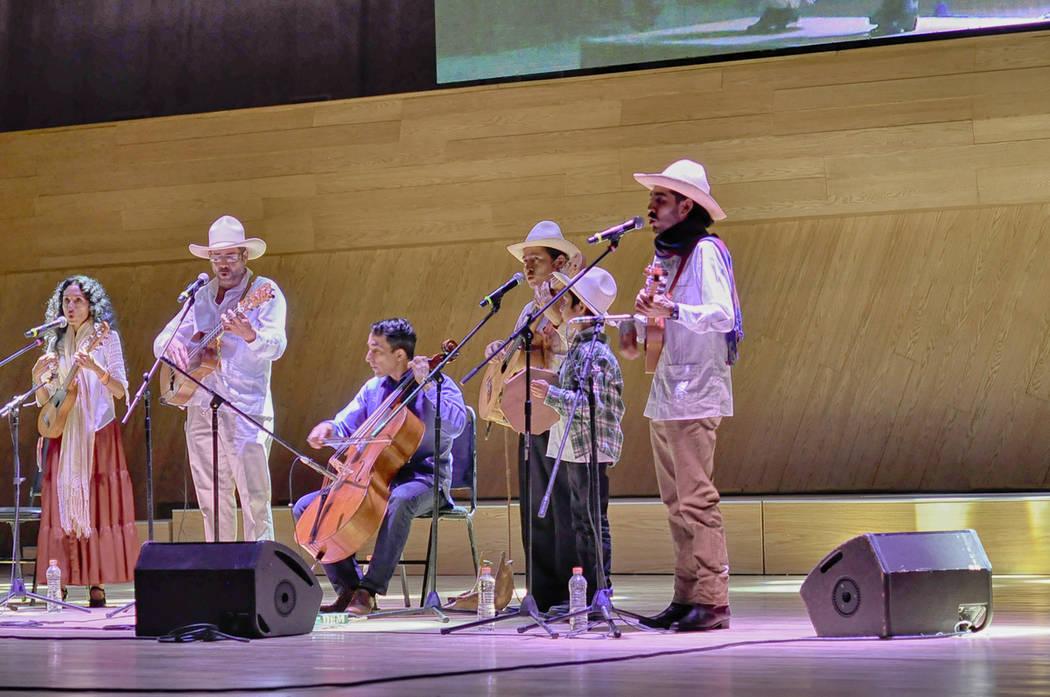 """Mono Blanco y su """"Fandango de las Calaveras"""", en el 18avo festival anual del Día de los Muertos. Foto Cortesía."""