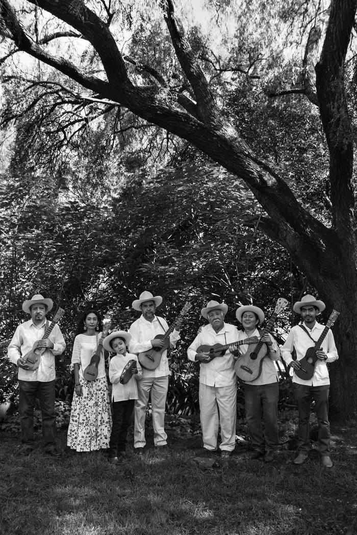 """Mono Blanco y su """"Fandango de las Calaveras"""", es promoción, difusión y estudio del Son Jarocho. Música poesía y danza en el 18avo festival anual del Día de los Muertos. Foto Cortesía."""
