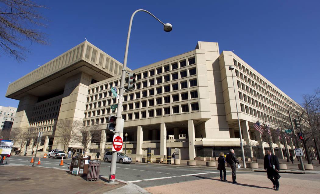 ARCHIVO: esta foto de archivo del 3 de febrero de 2012 muestra la sede del FBI en Washington. Los demócratas en el Congreso afirman que tienen pruebas de que el presidente Donald Trump ordenó pe ...