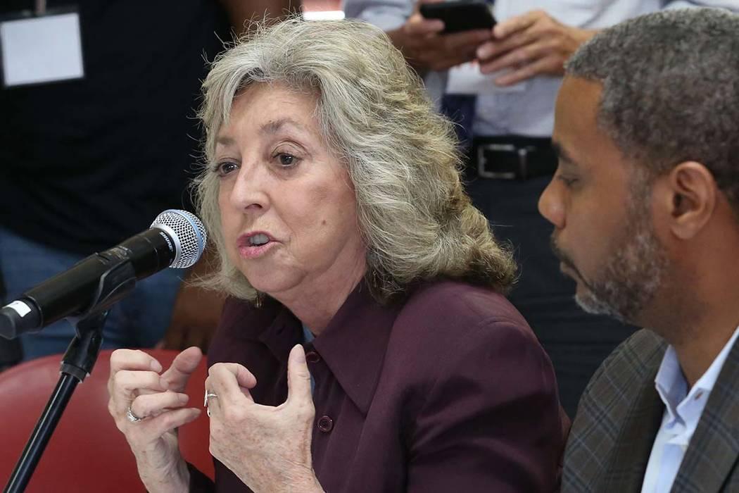 La representante Dina Titus, demócrata de Nevada, habla durante una mesa redonda con sobrevivientes de violencia con armas de fuego organizada por el astronauta retirado de la NASA y el capitán ...
