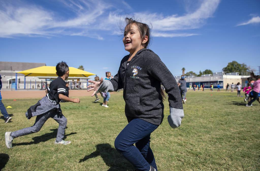 """Destiny Arteaga, de primer grado, juega una versión de """"las traes"""" durante el recreo en la Escuela Primaria Walter Bracken en Las Vegas, miércoles 17 de octubre de 2018. Nevada Medical Center, e ..."""