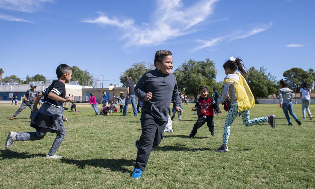 """Los niños juegan una versión de """"las traes"""" durante el recreo en la Escuela Primaria Walter Bracken en Las Vegas, el miércoles 17 de octubre de 2018. Nevada Medical Center, en asociación con P ..."""