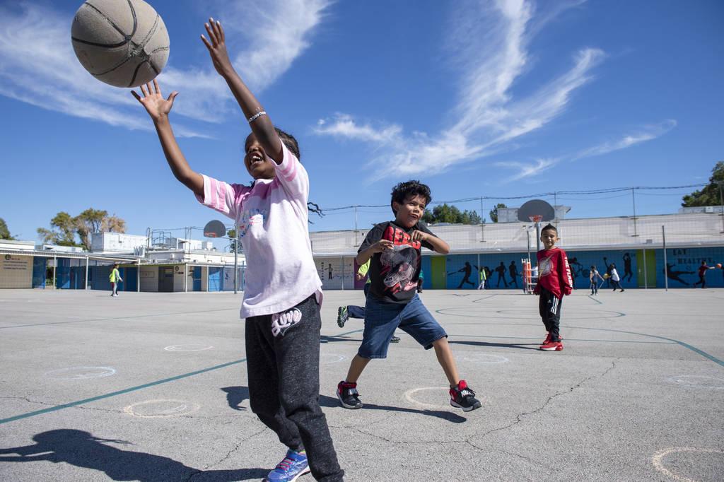 Los niños juegan al baloncesto durante el recreo en la Escuela Primaria Walter Bracken en Las Vegas, el miércoles 17 de octubre de 2018. Nevada Medical Center, en asociación con Playworks sin f ...