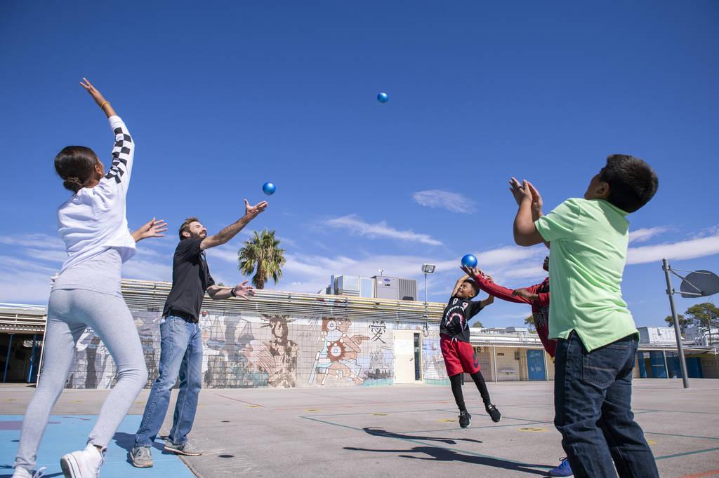 Los niños juegan durante el recreo con el empleado de Playworks, Sean Keelan, en la Escuela Primaria Walter Bracken en Las Vegas, el miércoles 17 de octubre de 2018. Nevada Medical Center, en as ...