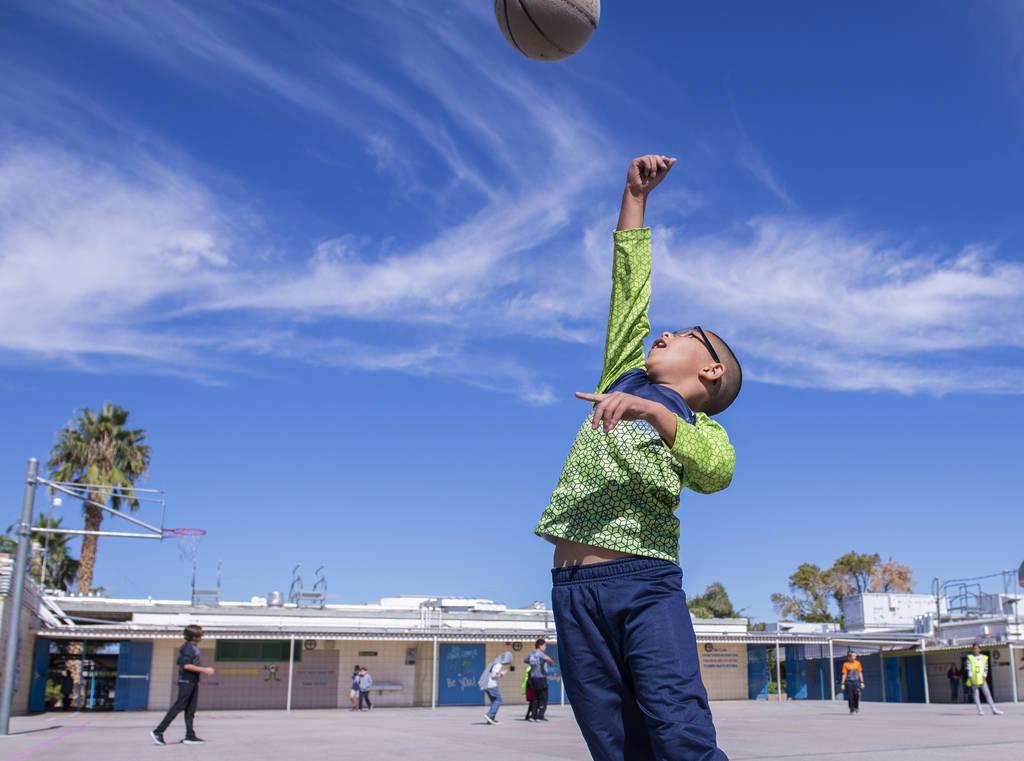 Un niño juega al baloncesto durante el recreo en la Escuela Primaria Walter Bracken en Las Vegas, el miércoles 17 de octubre de 2018. Nevada Medical Center, en asociación con Playworks sin fine ...