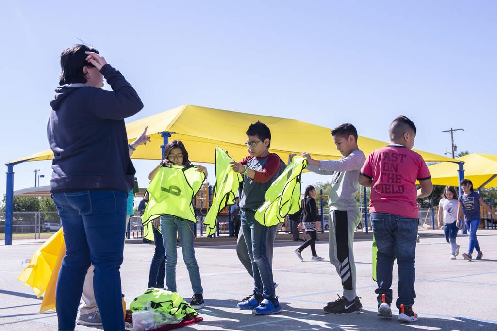 """Como parte del programa """"Recess Reboot"""", un grupo de niños toma chalecos amarillos que están a cargo de las principales actividades de recreo en la Escuela Primaria Walter Bracken en Las Vegas, ..."""