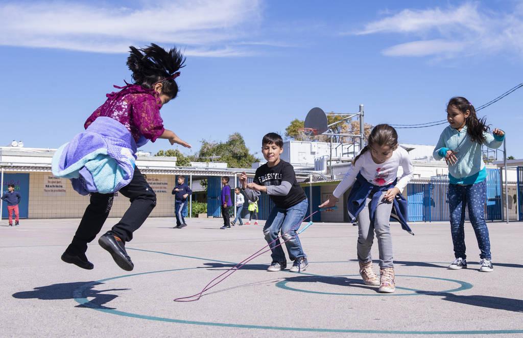 Los niños juegan con una cuerda para saltar durante el recreo en la Escuela Primaria Walter Bracken en Las Vegas, el miércoles 17 de octubre de 2018. Nevada Medical Center, en asociación con la ...
