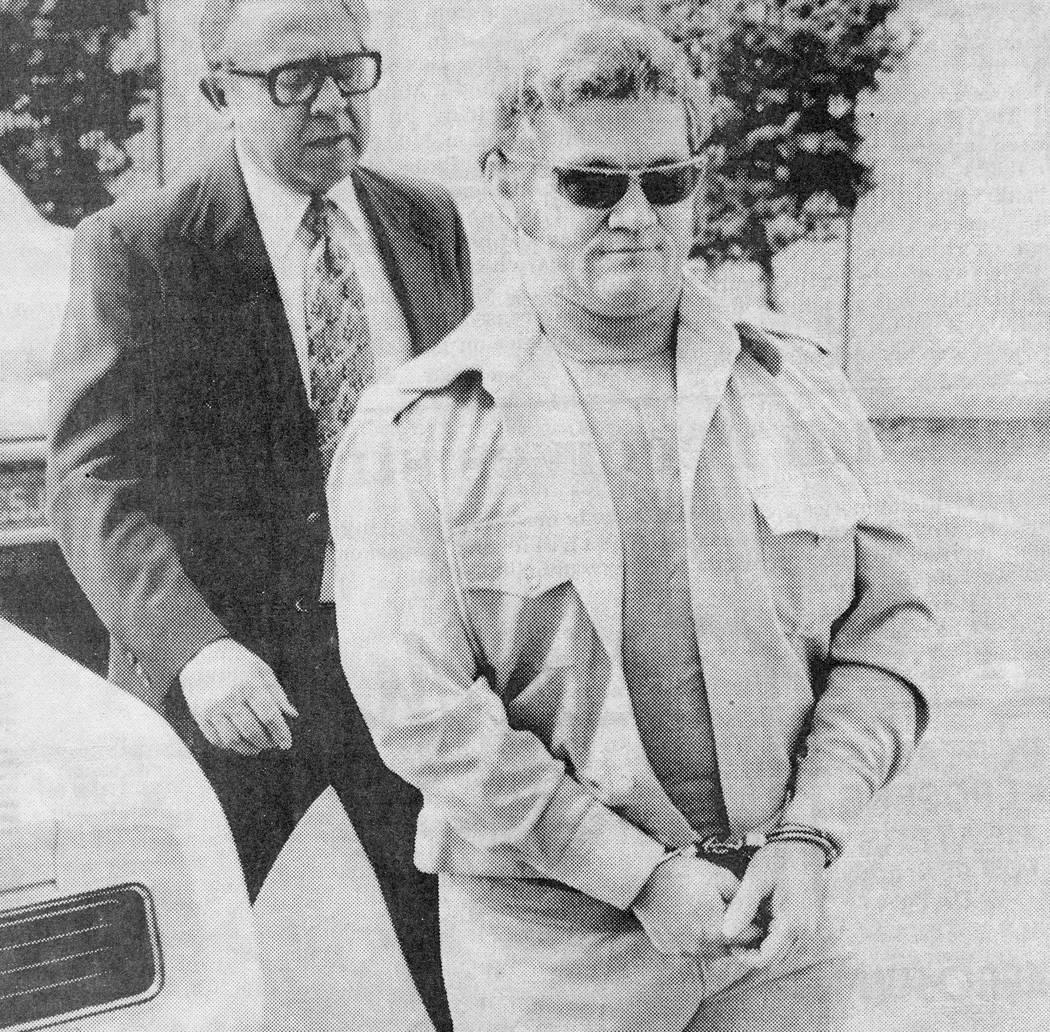 Jerald Burgess esposado antes de ser acusado en el secuestro de 1978 de Cary Sayegh, de 6 años. (Foto de archivo)