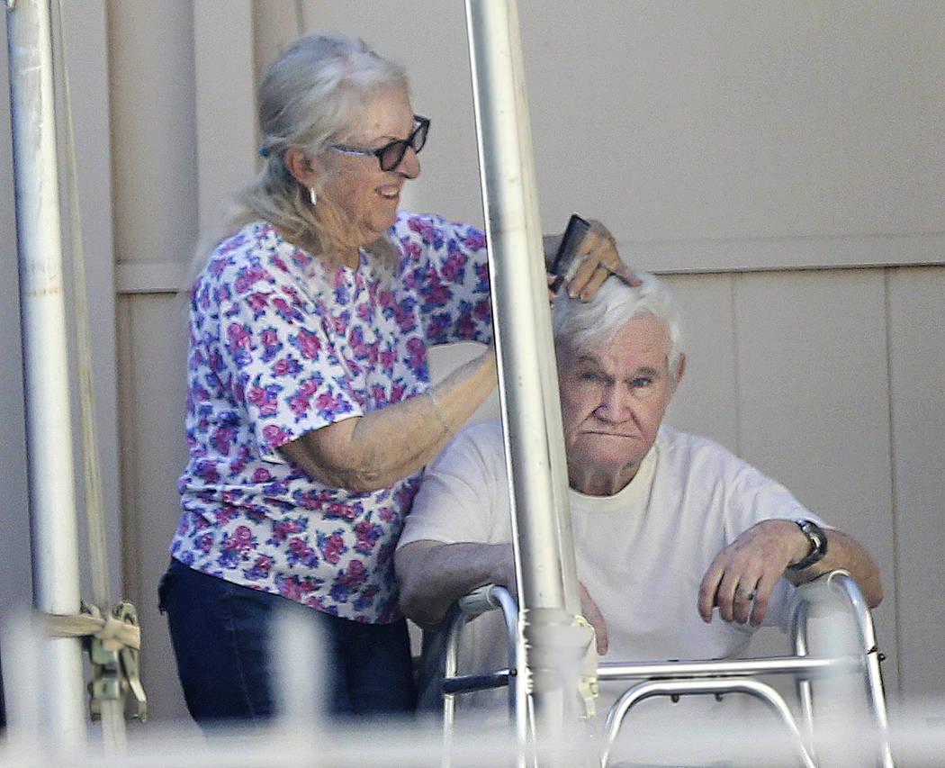Jerald Howard Burgess, de 81 años, se corta el cabello en la entrada de su casa de Las Vegas el jueves 11 de octubre de 2018. Burgess fue acusado formalmente en el secuestro de Cary Sayegh, de 6 ...