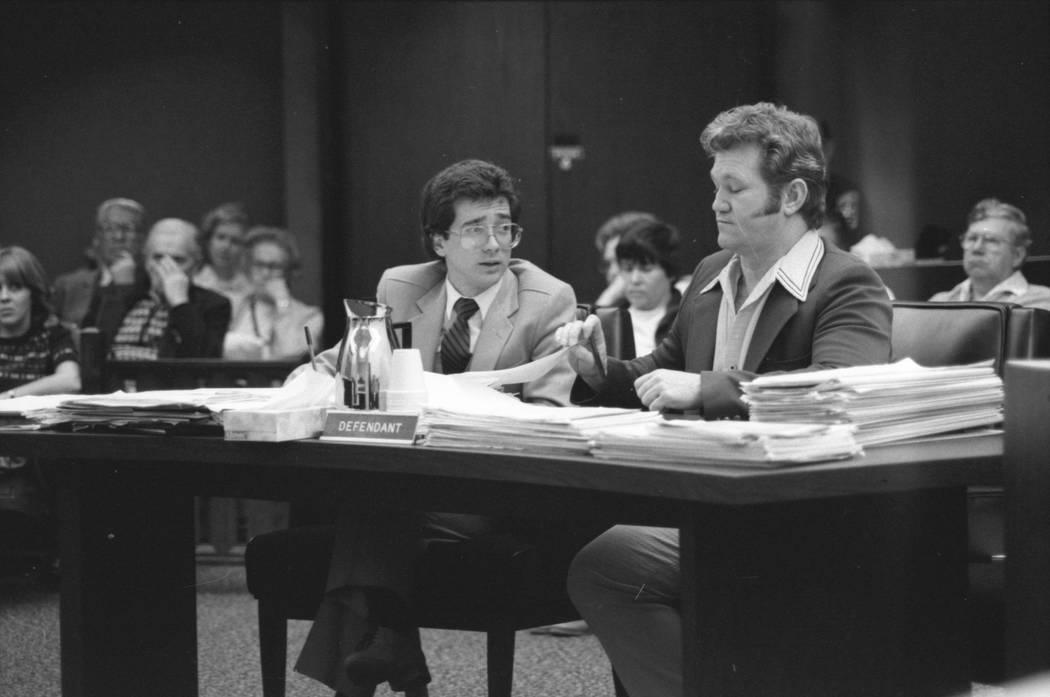 Jerald Burgess, a la derecha, visto con su abogado, Frederic Abrams, fue absuelto en 1982 en el secuestro de Cary Sayegh, 6, del patio de recreo de la Escuela Hebrea Albert Einstein en 1978. (Foto ...