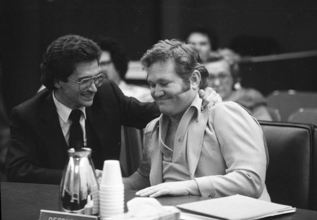 Jerald Burgess, a la derecha, visto con su abogado, Frederic Abrams, fue absuelto en 1982 por el secuestro de Cary Sayegh, 6, en el patio de recreo de la Escuela Hebrea Albert Einstein. (Foto de a ...