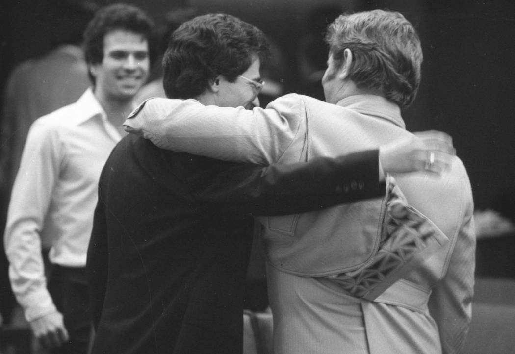 Jerald Burgess, a la derecha, recibe un abrazo de su abogado, Frederic Abrams, después de que fue absuelto en 1982 en el secuestro de Cary Sayegh, de 6 años, en el patio de recreo de la Escuela ...