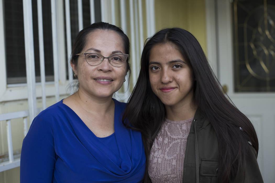 Sandra Granados, a la izquierda, y su hija Alessandra Nava Granados, de 15 años, en su casa en Las Vegas, el jueves 18 de octubre de 2018. Alessandra visitó recientemente al Papa para llamar la ...