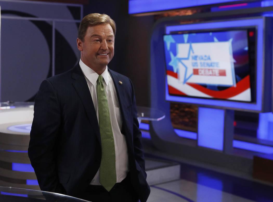 El senador Dean Heller, R-Nev., Se encuentra en el estudio antes de un debate en el Senado de los Estados Unidos con el Representante Jacky Rosen, D-Nev., El viernes 19 de octubre de 2018, en Las ...