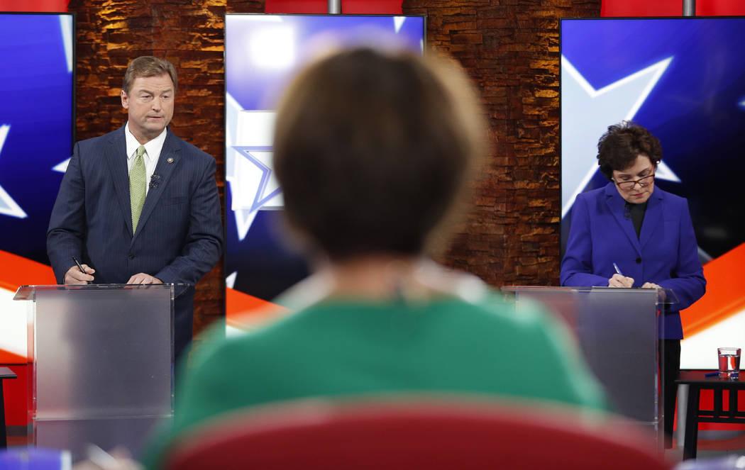 El senador Dean Heller, R-Nev., A la izquierda, y la Representante Jacky Rosen, D-Nev., Se preparan antes de un debate en el Senado de los Estados Unidos, el viernes 19 de octubre de 2018, en Las ...