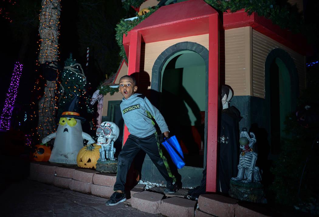 Noel Work, de 4 años, sale de un cobertizo establecido para HallOVeen en el Bosque Mágico de Opportunity Village en Las Vegas, el domingo 21 de octubre de 2018. Caroline Brehman / Las Vegas Revi ...