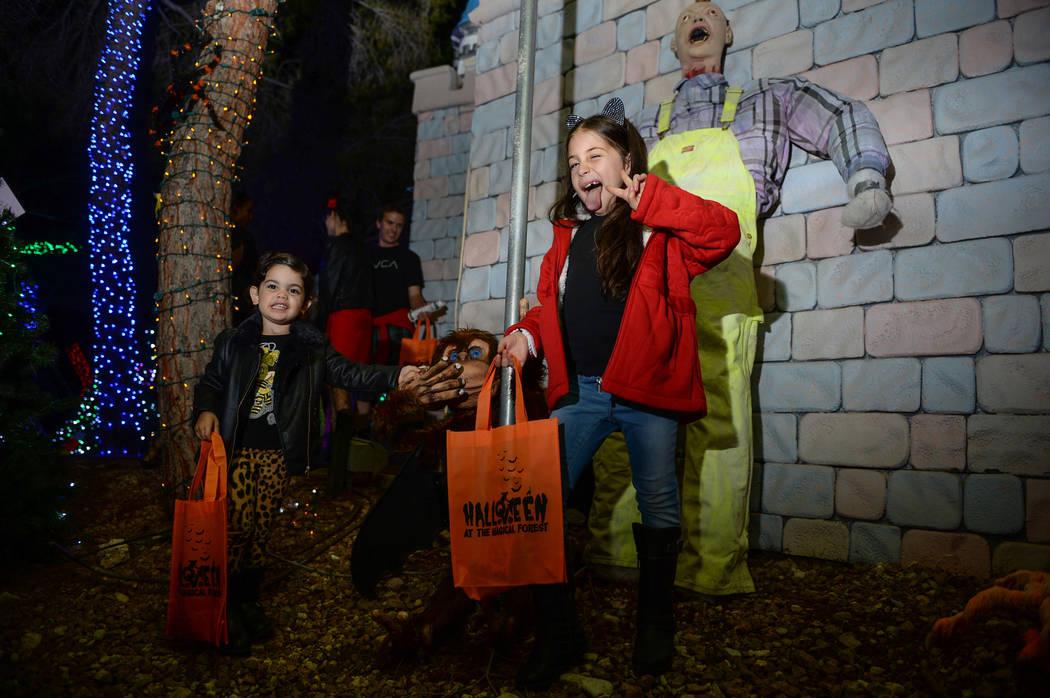 Cheyenne Prives, de 3 años, y Amy Prives, de 8, posan para una fotografía en el evento HallOVeen en el Bosque Mágico de Opportunity Village en Las Vegas, el domingo 21 de octubre de 2018. Carol ...