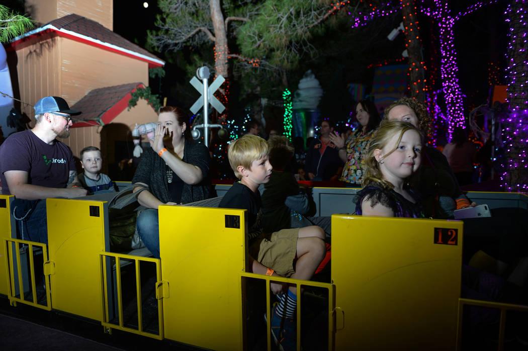 Los visitantes se reunieron para HallOVween en el Bosque Mágico de Opportunity Village en un tren por Las Vegas, el domingo 21 de octubre de 2018. Caroline Brehman / Las Vegas Review-Journal
