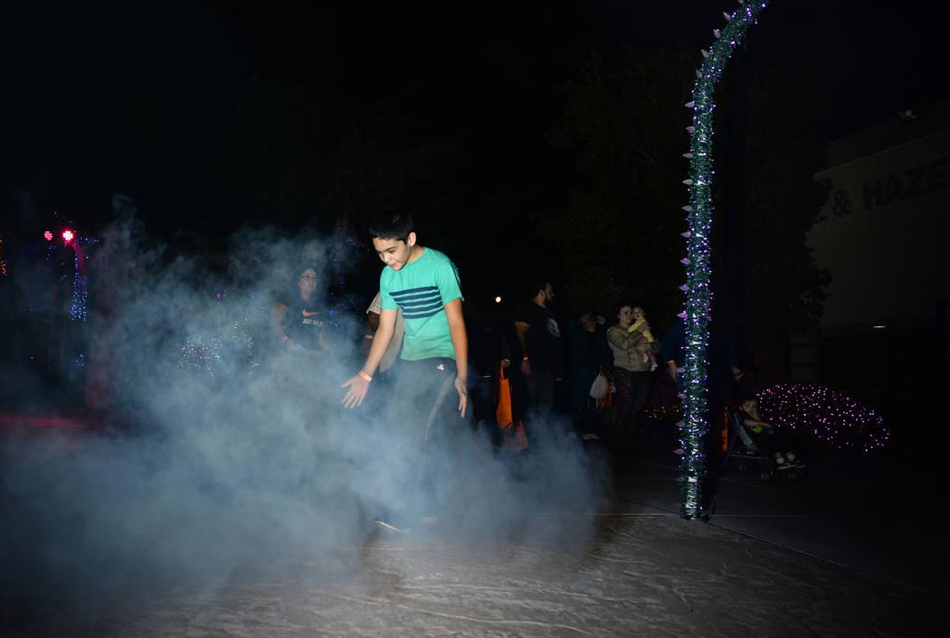 Daniel Delagarza camina a través de una nube de niebla en el evento HallOVween que se lleva a cabo en el Bosque Mágico de Opportunity Village en Las Vegas, el domingo 21 de octubre de 2018. Caro ...