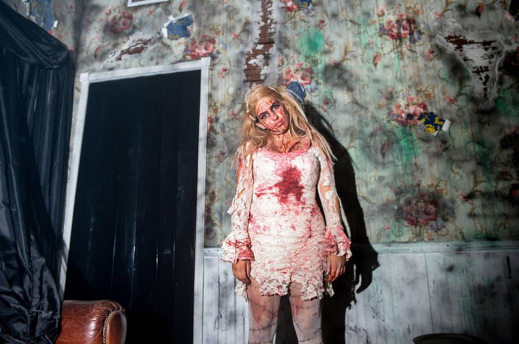 Un actor posa para una fotografía en la casa embrujada de Vegas Freight Nights en el Bosque Mágico de Opportunity Village en Las Vegas, el domingo 21 de octubre de 2018. Caroline Brehman / Las V ...
