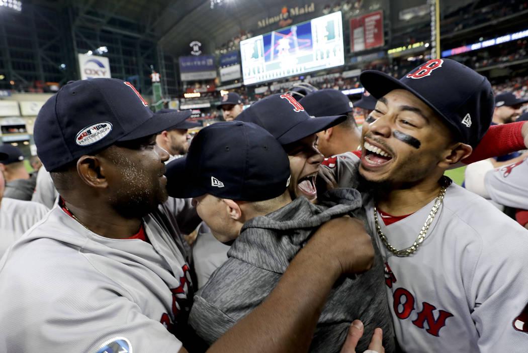 El jardinero derecho de los Red Sox de Boston, Mookie Betts, a la derecha, celebra después de ganar la Serie de Campeonato de la Liga Americana de béisbol contra los Astros de Houston el jueves ...