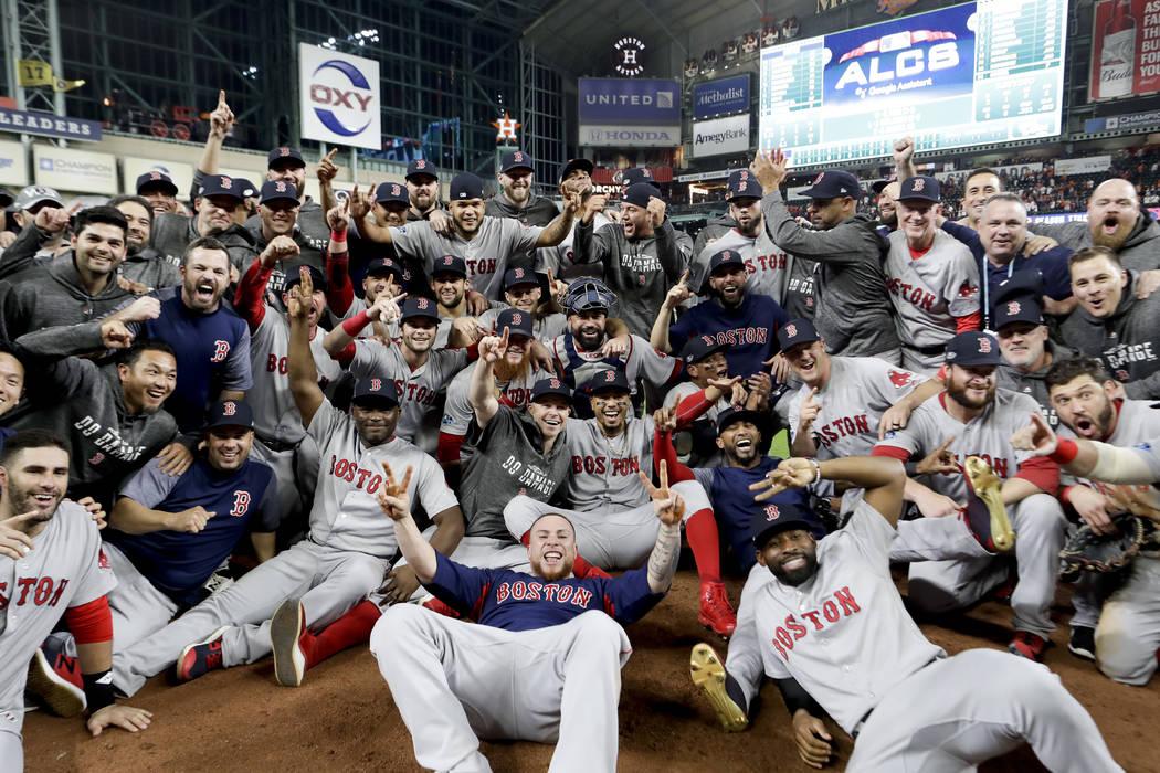 Los Red Sox de Boston posan para una foto luego de ganar la Serie de Campeonato de la Liga Americana de béisbol contra los Astros de Houston el jueves 18 de octubre de 2018, en Houston. Los Red S ...