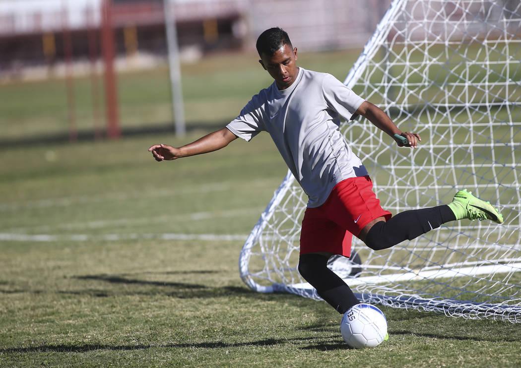 Francisco Ulloa-Tapia de Eldorado mueve la pelota durante una práctica de fútbol en la preparatoria Eldorado en Las Vegas el martes 9 de octubre de 2018. Chase Stevens Las Vegas Review-Journal @ ...