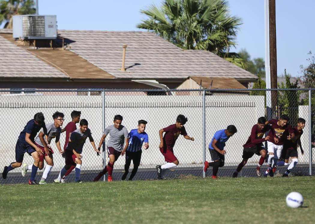 El equipo de fútbol de la preparatoria Eldorado corre durante la práctica en su preparatoria en Las Vegas el martes 9 de octubre de 2018. Chase Stevens Las Vegas Review-Journal @csstevensphoto