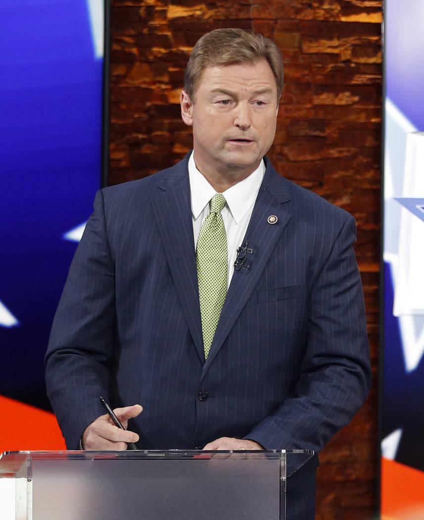 El Senador Dean Heller, R-Nev., Se prepara antes de un debate en el Senado de los Estados Unidos contra la Representante Jacky Rosen, D-Nev., El viernes 19 de octubre de 2018, en Las Vegas. (Foto ...