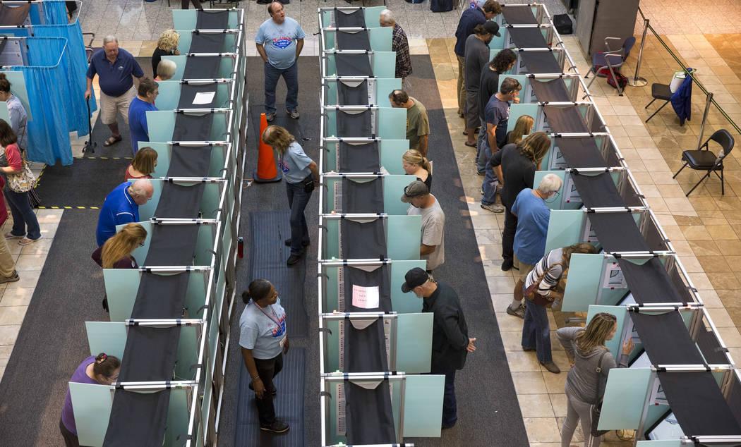 Las personas emitieron sus votos en el tercer día de la votación anticipada en Galleria at Sunset en Henderson el lunes 22 de octubre de 2018. Richard Brian Las Vegas Review-Journal @vegasphotograph