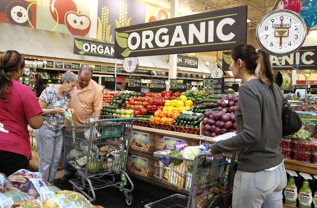 Alyssa Pattinson, a la derecha, empuja un carrito mientras compra con sus padres Alexis McConnell, segunda a la izquierda, y Martin en el día de apertura de Sprouts Farmers Market en 8441 Farm Ro ...
