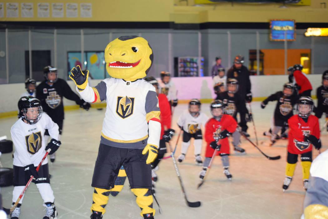 El niño James Lonborg, de medias amarillas, se mostró emocionado de poder saludar en la pista de hielo a la mascota de Vegas Golden Knights Chance. Martes 23 de octubre de 2018, en el Fiesta Ran ...
