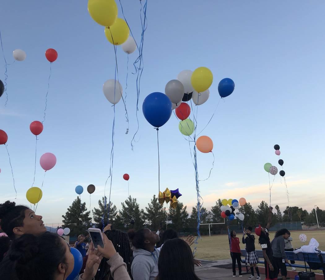 Un grupo de estudiantes, familiares y amigos lanzan globos al cielo durante un velorio en honor a Susan Nash en Desert Pines High School el 24 de octubre de 2018. Nash, asistente de docentes de ed ...