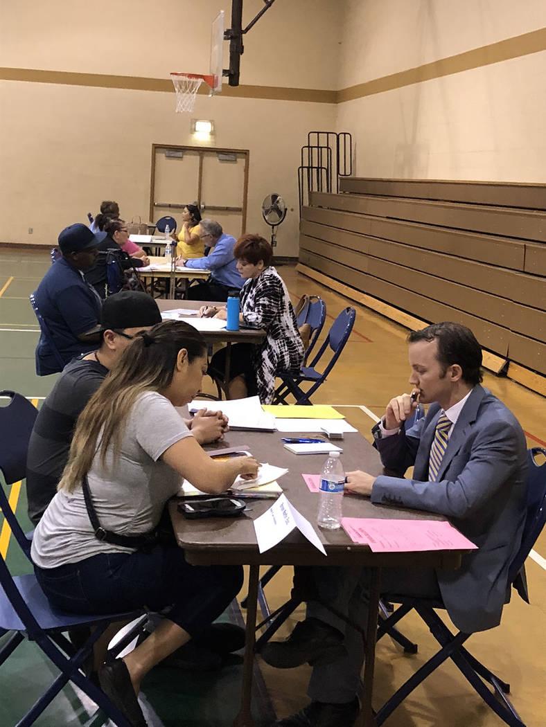"""El abogado Bryan Martin escucha a una pareja en el Neighborhood Recreation Center, durante la jornada """"Pregúntale gratis al abogado"""". Martes 23 de octubre de 2018, en la Clínical Legal Pro B ..."""