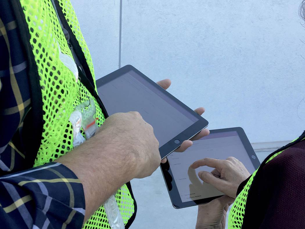 Personal del Distrito de Salud del Sur de Nevada usará tabletas para aplicar una encuesta sobre el calor extremo de la temporada pasada. Foto cortesía SNHD.