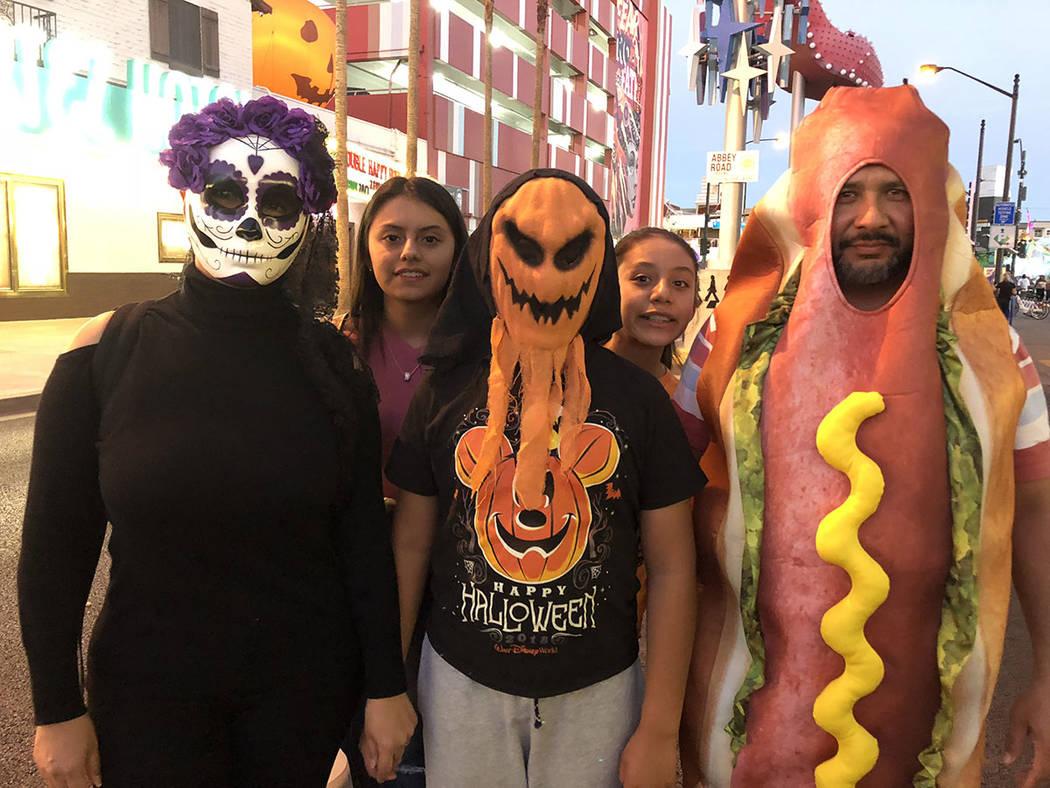 La familia García se paseó por la Fremont East. Sábado 27 octubre de 2018, en la Fremont East. Foto Valdemar González / El Tiempo - Contribuidor.