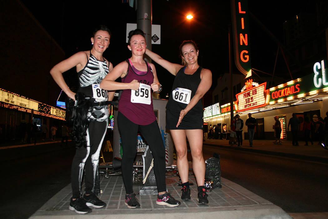 La ganadora del 1er. Lugar de la carrera Dolores Mullen (centro) acompañada de Marcella Mullen (izquierda), 3er. Lugar, y Tracy Newman, 2º. El sábado 27 octubre de 2018, en la Fremont East. Fot ...