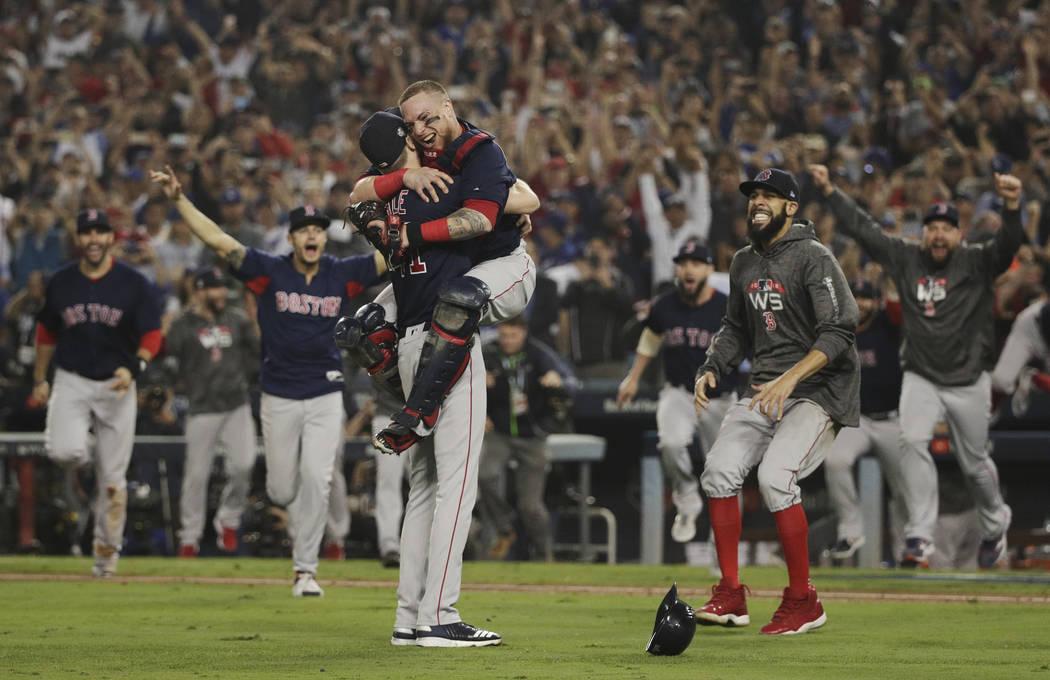 Los Red Sox de Boston celebran después del Juego 5 de la Serie Mundial de béisbol contra los Dodgers de Los Ángeles el domingo 28 de octubre de 2018, en Los Ángeles. Los Red Sox ganaron 5 a 1 ...